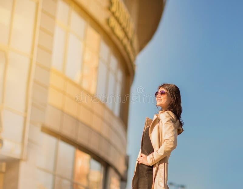 Affärskvinna, i att stå för santasusanaexponeringsglas arkivbild