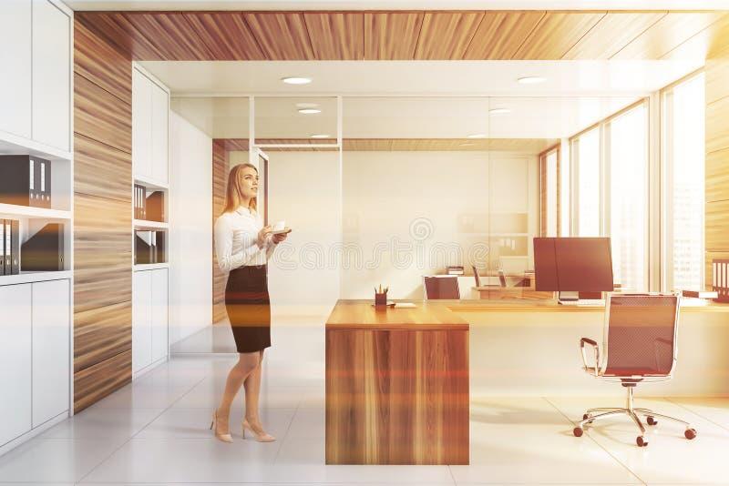 Affärskvinna i det vita och träkontoret arkivfoton