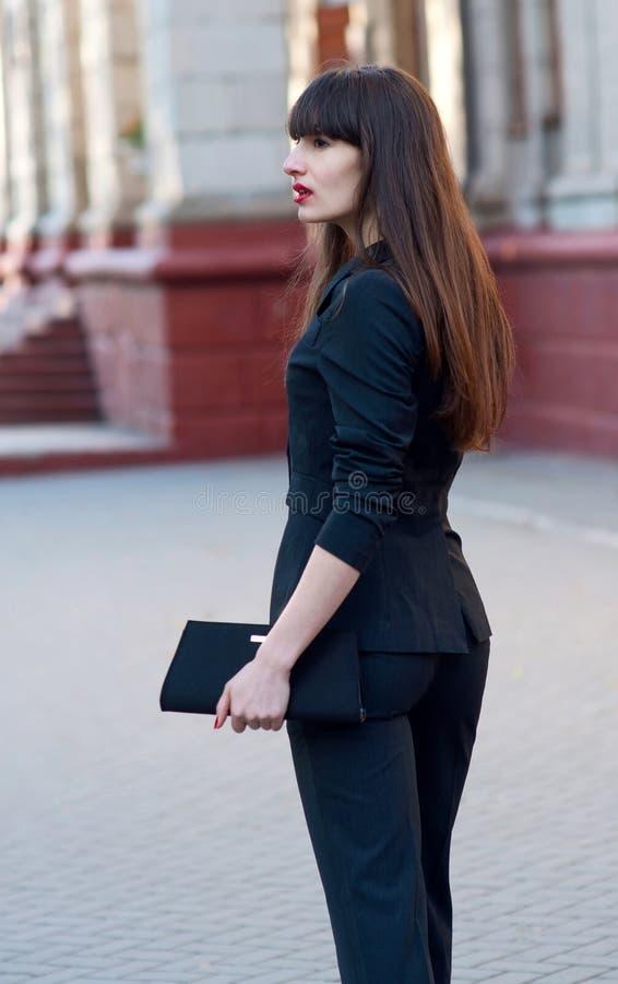 Affärskvinna i dräkt royaltyfria foton
