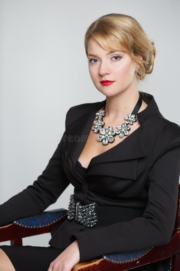 Affärskvinna i en elegant svart dräkt fotografering för bildbyråer