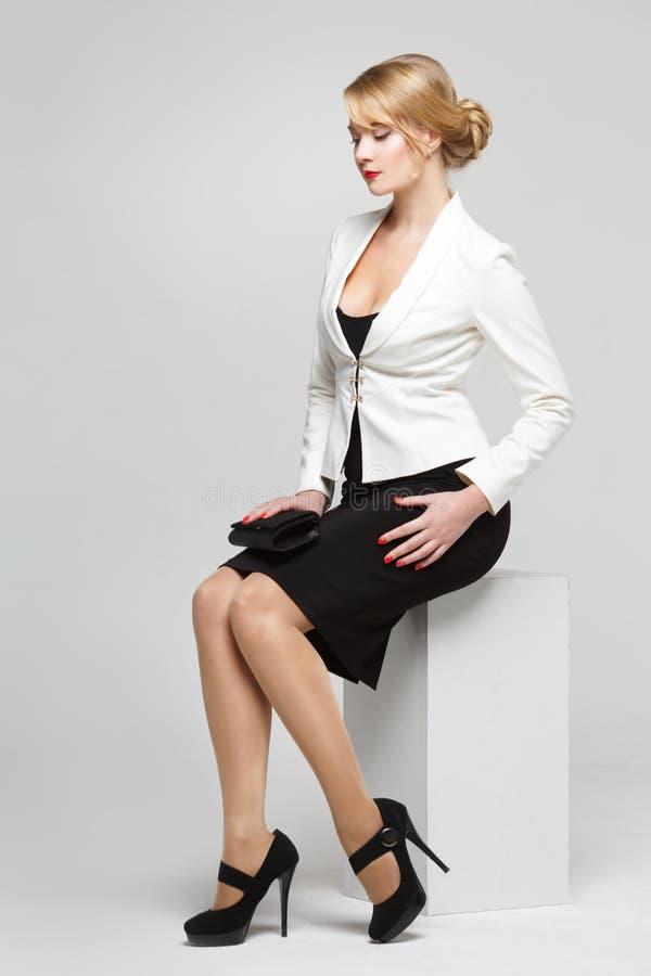 Affärskvinna i ett elegant dräktsammanträde arkivfoton