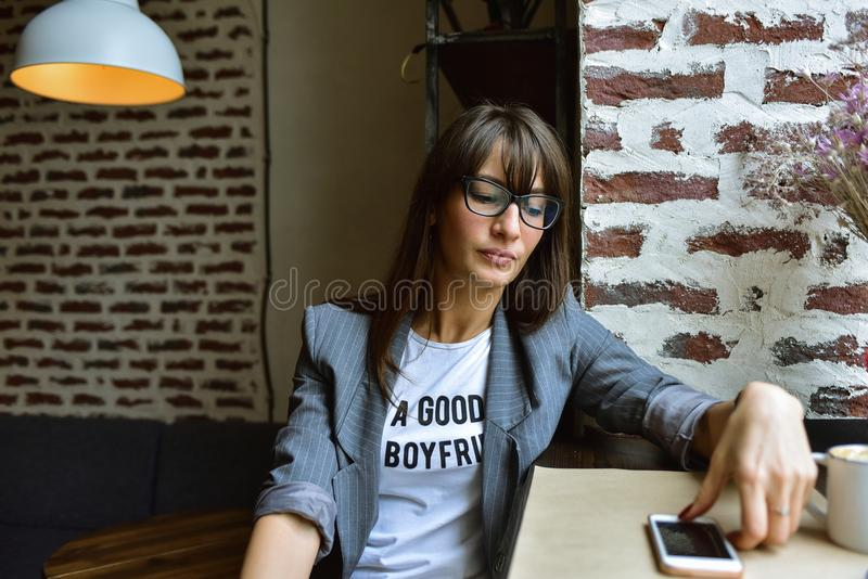 Affärskvinna i ett kafé arkivfoto