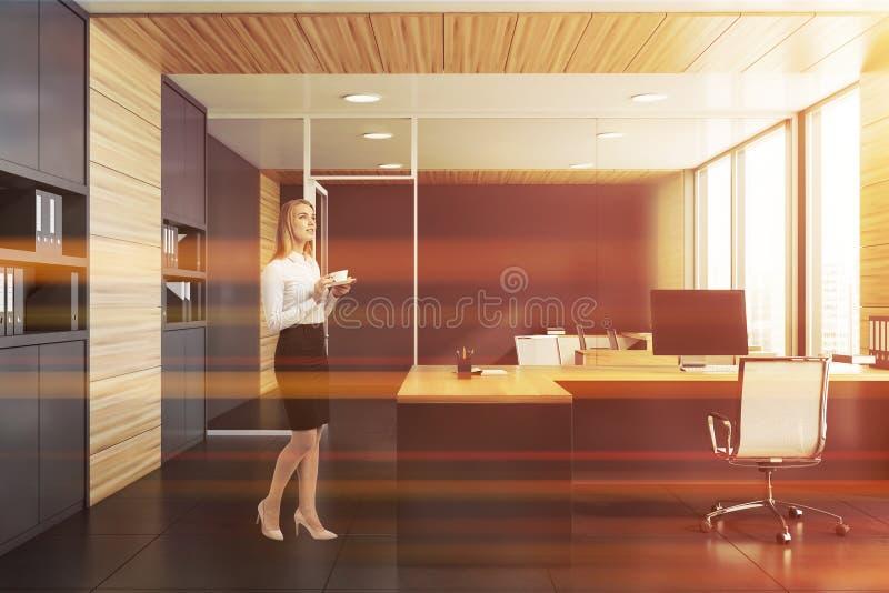 Affärskvinna i grått och träkontor royaltyfri foto