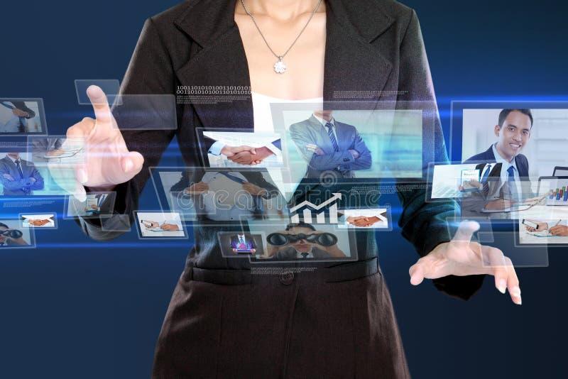 Affärskvinna i high tech begrepp arkivbilder