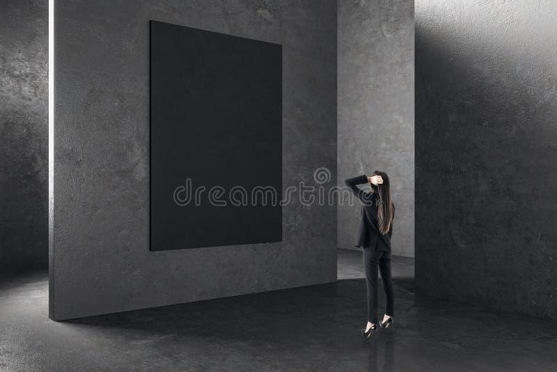 Affärskvinna i inre med den tomma affischen royaltyfria foton