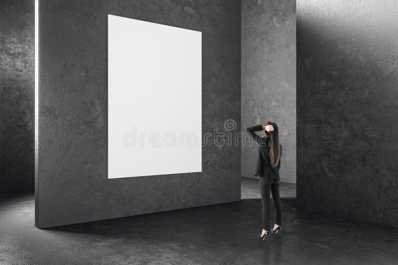 Affärskvinna i inre med det tomma banret arkivbilder