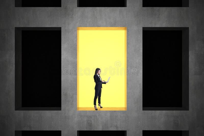 Affärskvinna i konkret byggnad royaltyfri bild