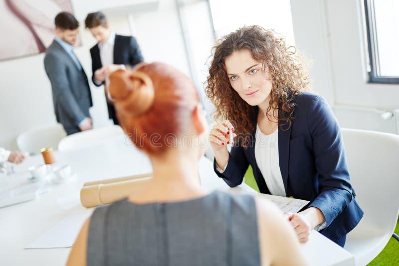 Affärskvinna i konsulterande möte royaltyfri foto