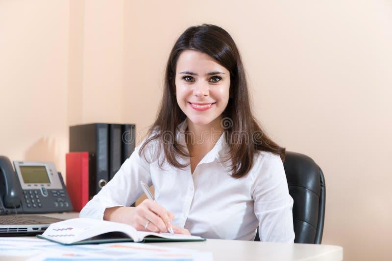 Affärskvinna i regeringsställning fotografering för bildbyråer
