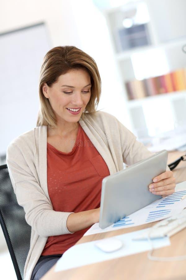 Affärskvinna i regeringsställning royaltyfria bilder