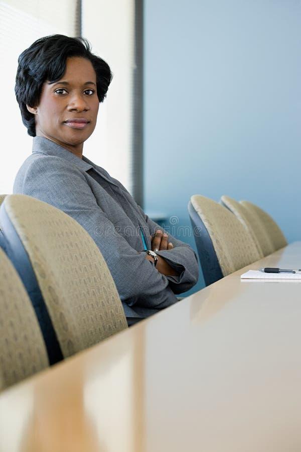 Affärskvinna i styrelse arkivbild