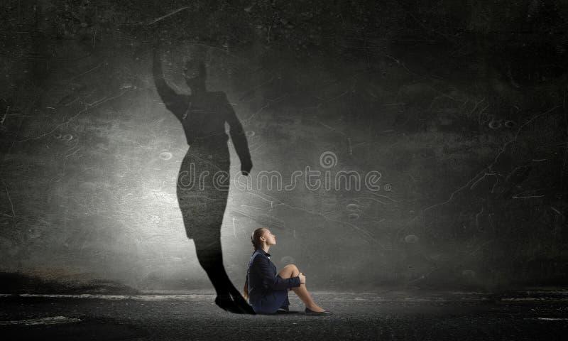Affärskvinna i tomt rum Blandat massmedia royaltyfria bilder