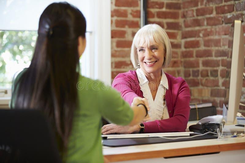 Affärskvinna Interviewing Female Job Applicant In Office royaltyfri fotografi