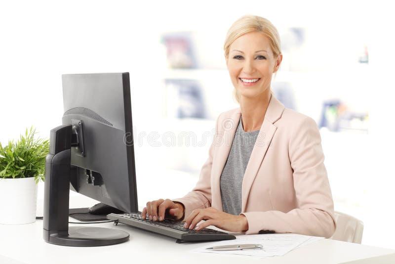 affärskvinna isolerad ståendewhite arkivbild
