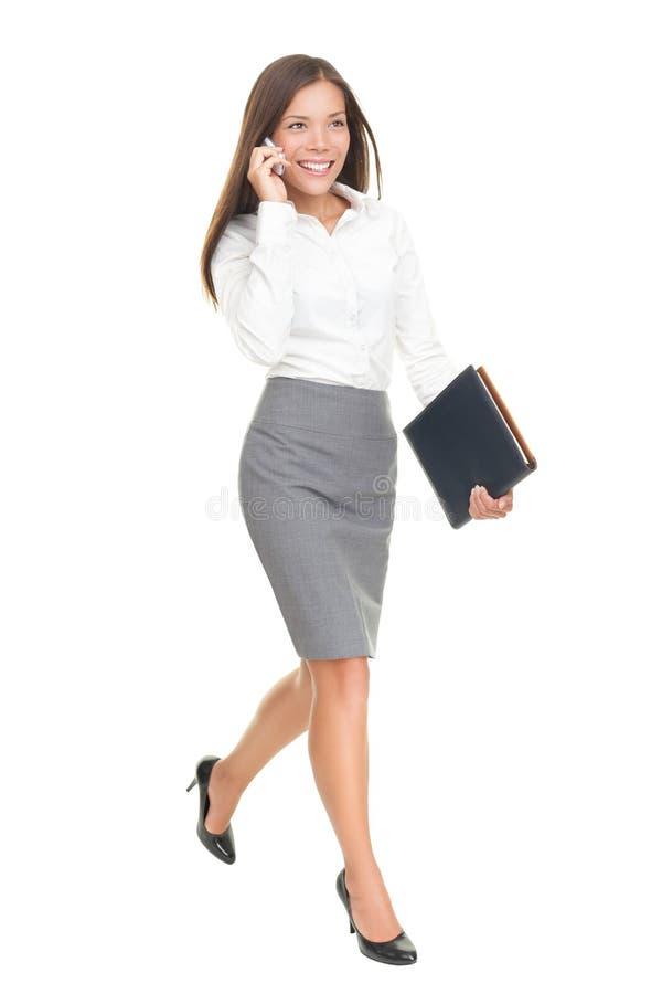 affärskvinna isolerat gå royaltyfri bild