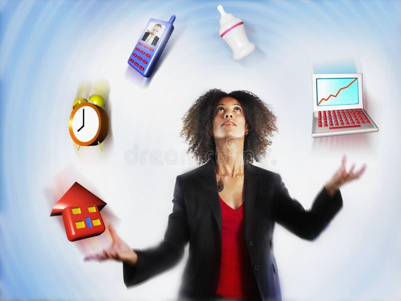 Affärskvinna Juggling Responsibilities royaltyfri fotografi