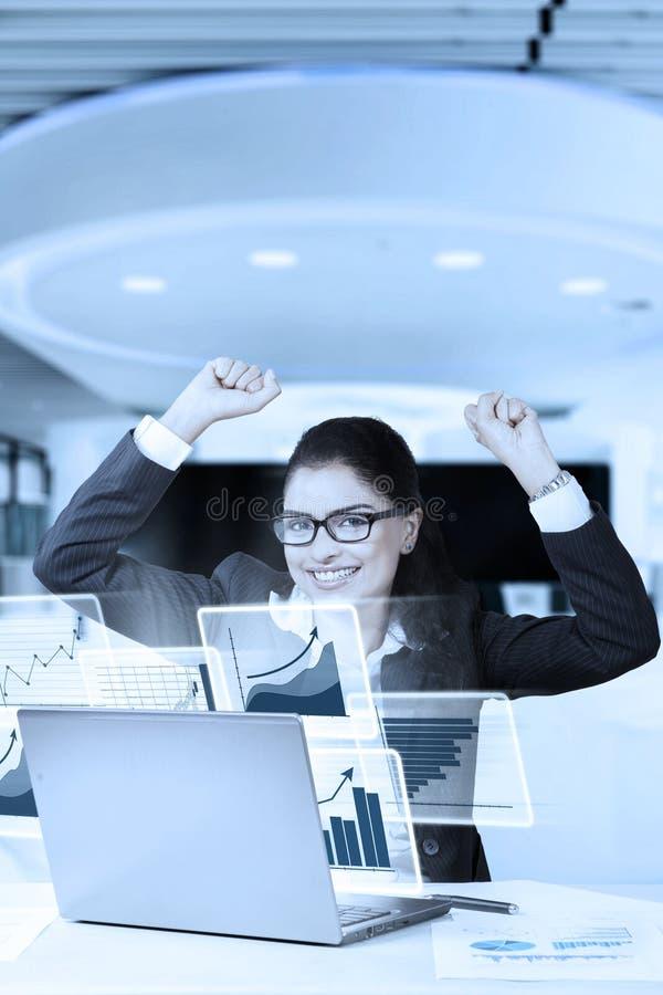 Affärskvinna med att lyfta händer och smilling arkivfoto