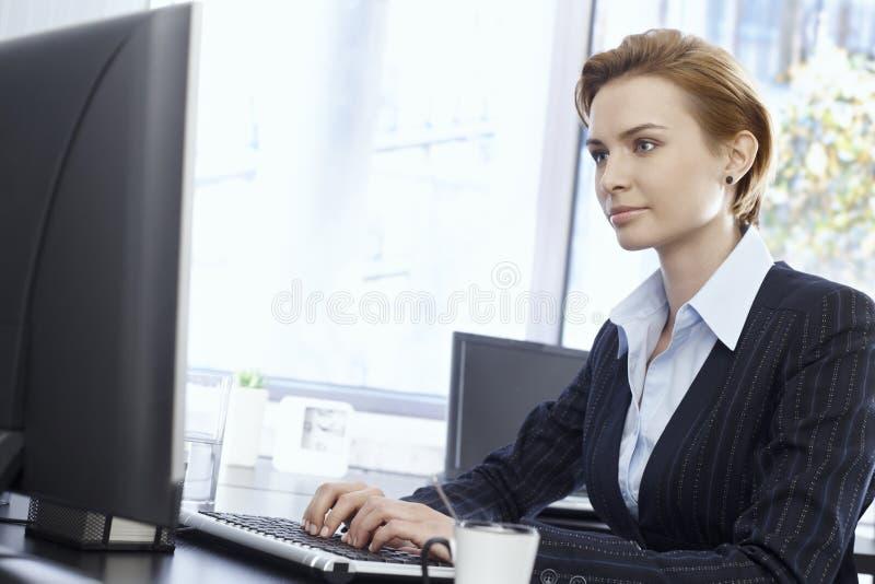 Affärskvinna med datoren arkivbilder
