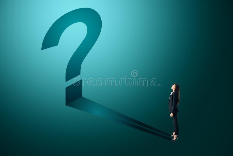 Affärskvinna med den blåa frågefläcken vektor illustrationer