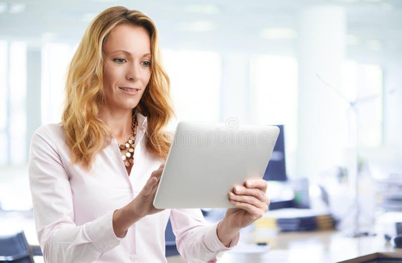 Affärskvinna med den digitala tableten royaltyfria bilder