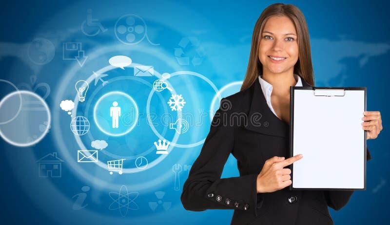 Affärskvinna med den molnsymboler och världskartan royaltyfri foto