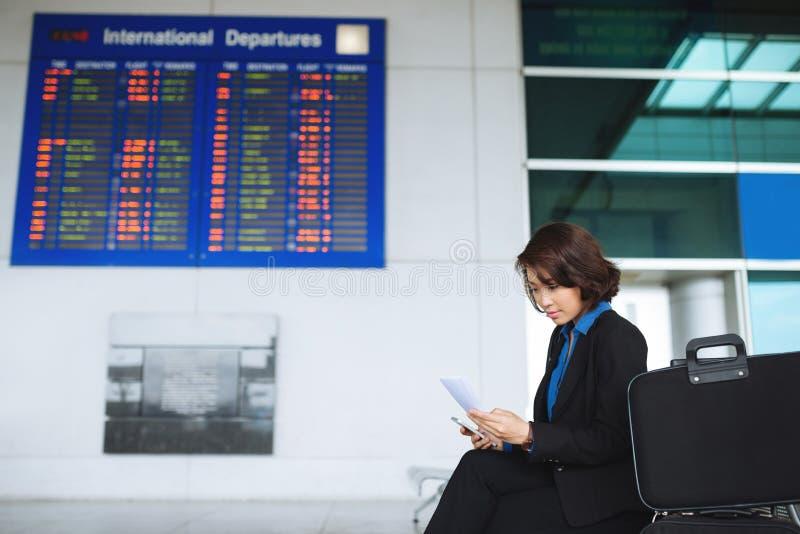 Affärskvinna med den plana biljetten arkivbild