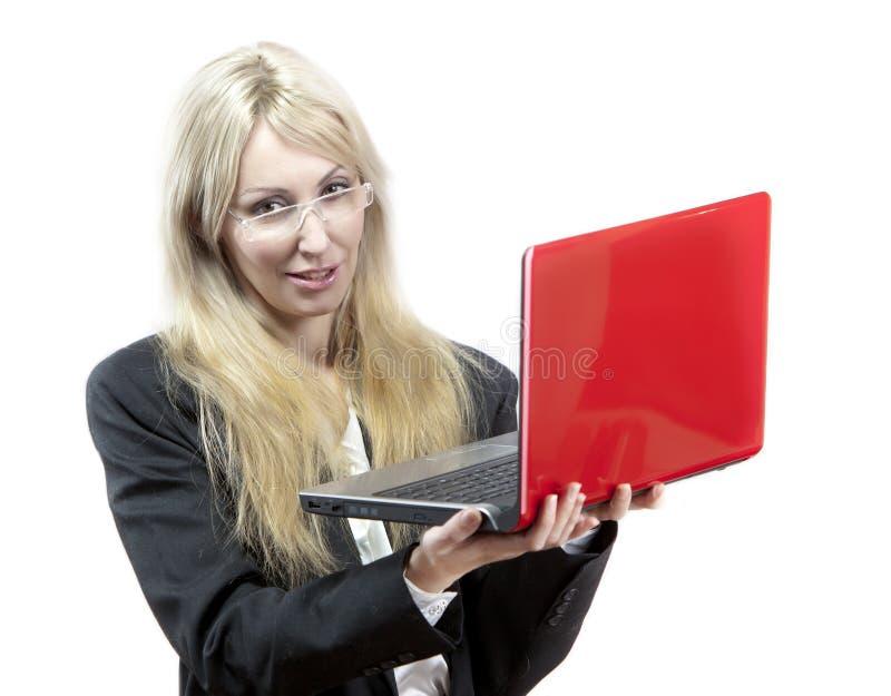 Affärskvinna med den röda bärbara datorn i händer fotografering för bildbyråer