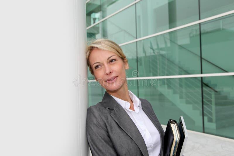 Affärskvinna med den stående dagordningen utomhus royaltyfria bilder