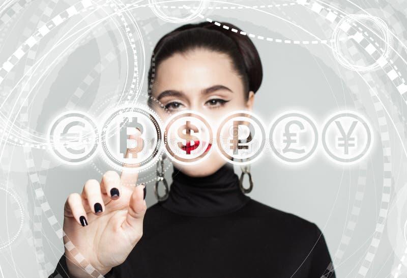 Affärskvinna med det Bitcoin symbolet Blockchain överför begrepp royaltyfria foton