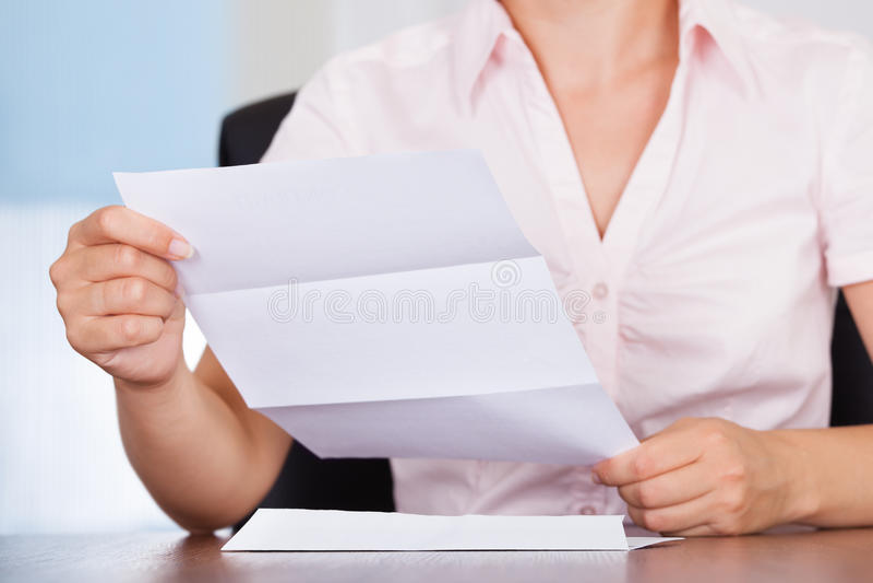 Affärskvinna med det vita kuvertet royaltyfri fotografi