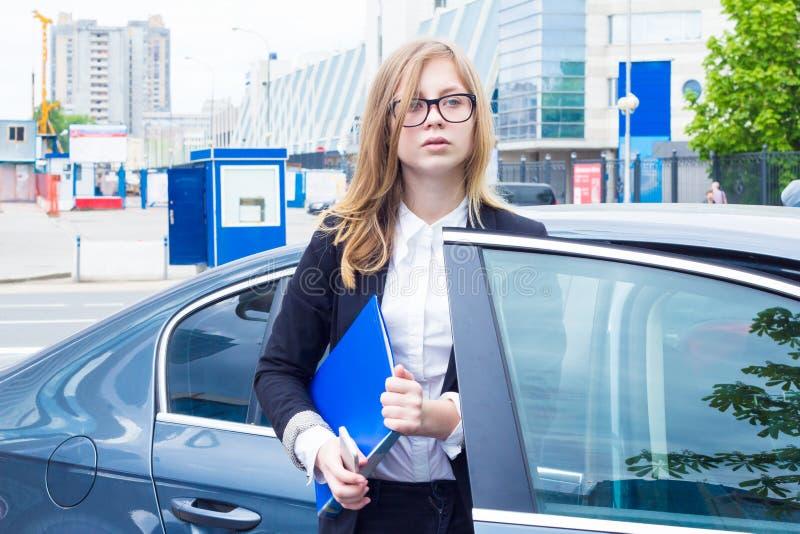 Affärskvinna med dokument ut ur bilen arkivbilder