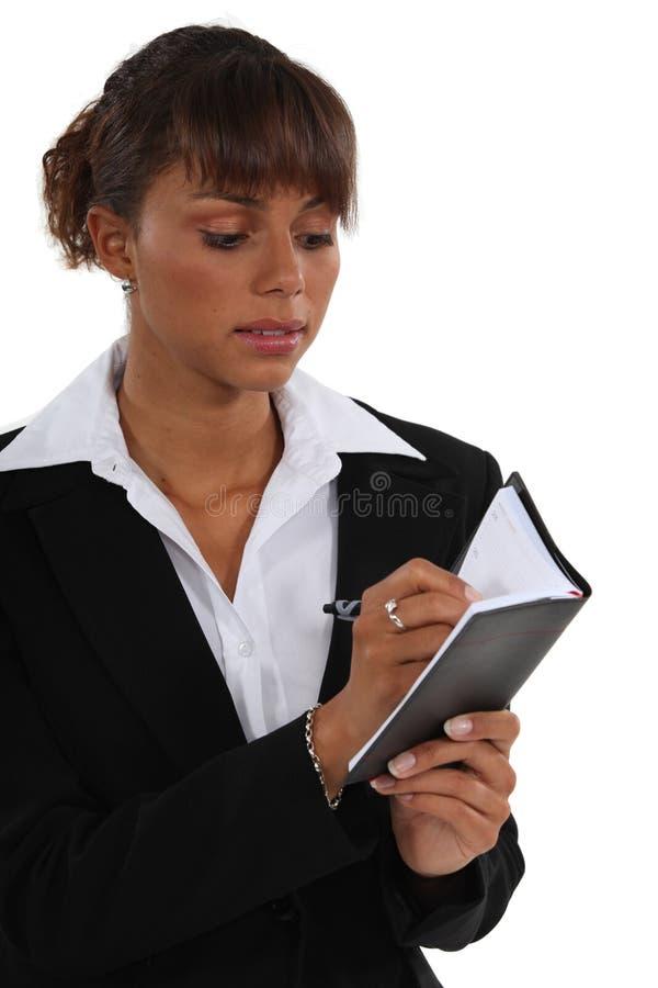 Affärskvinna med en dagbok royaltyfri bild