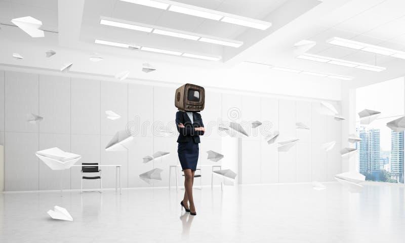 Affärskvinna med en gammal TV i stället för huvudet royaltyfria foton