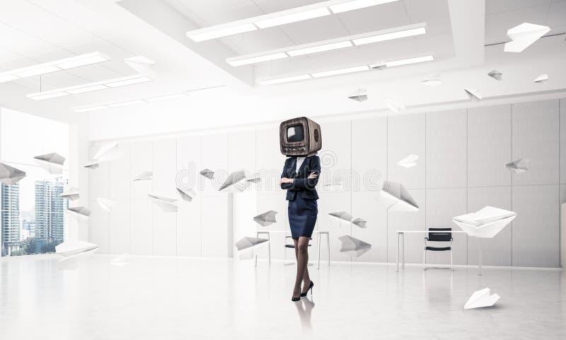 Affärskvinna med en gammal TV i stället för huvudet fotografering för bildbyråer