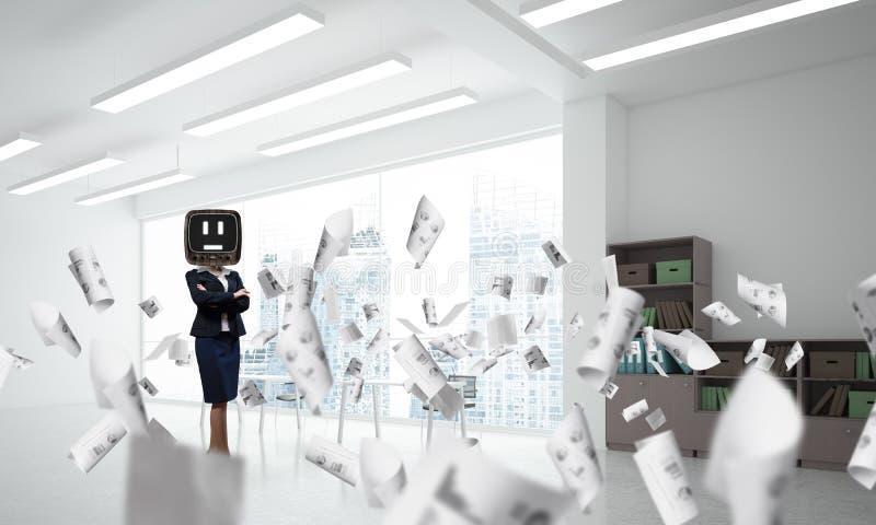 Affärskvinna med en gammal TV i stället för huvudet arkivfoton