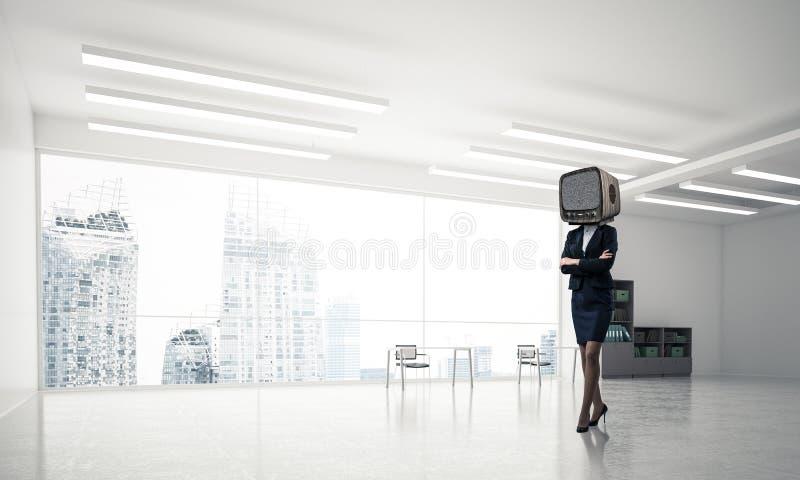 Affärskvinna med en gammal TV i stället för huvudet arkivbild