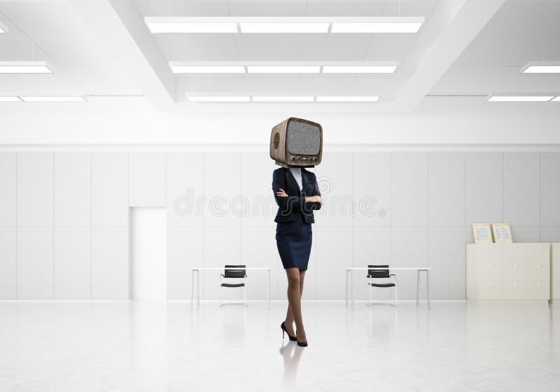 Affärskvinna med en gammal TV i stället för huvudet arkivbilder