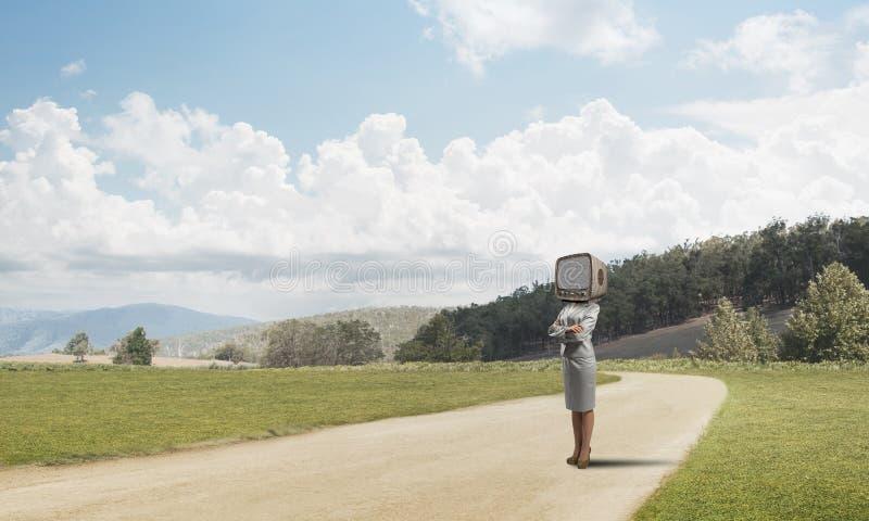 Affärskvinna med en gammal TV i stället för huvudet arkivfoto