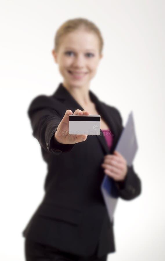Affärskvinna med en kreditkort arkivbild
