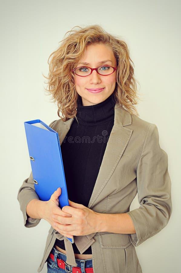 Affärskvinna med en mapp arkivbild