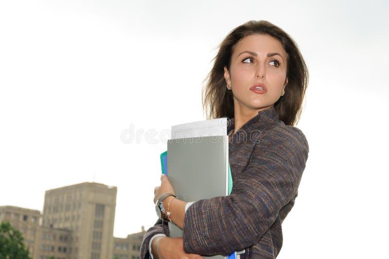 Affärskvinna med en mapp i henne händer arkivbild