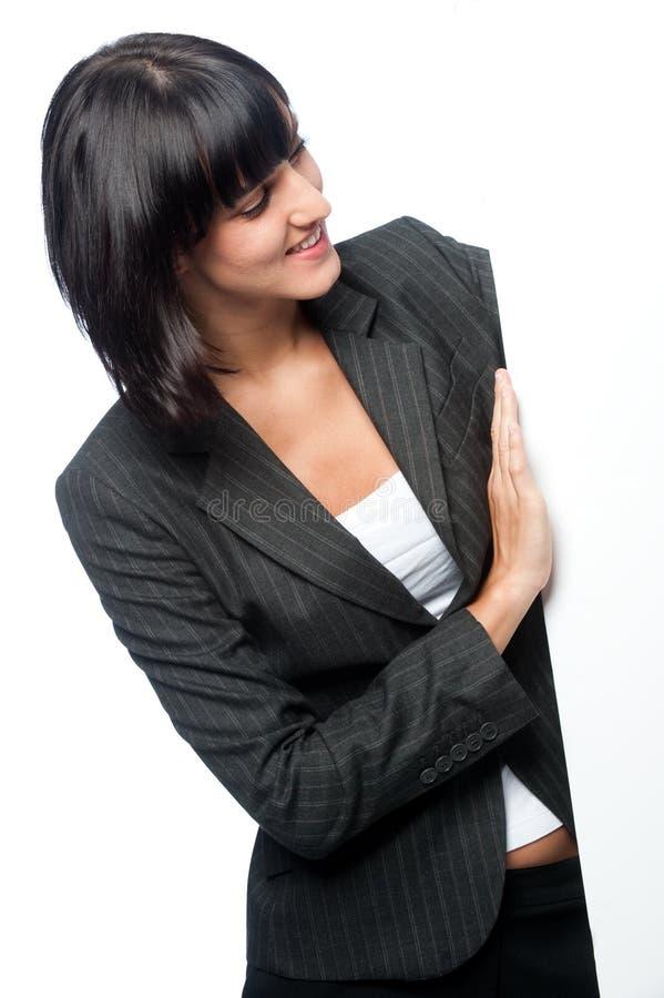 Affärskvinna med ett blankt kort royaltyfri foto