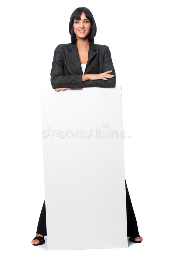 Affärskvinna med ett blankt kort royaltyfri bild