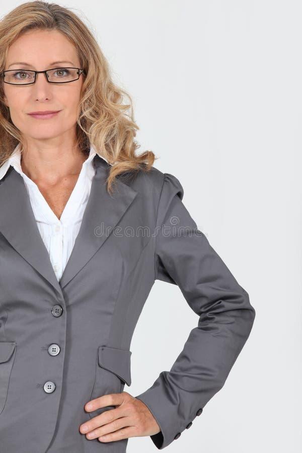 Affärskvinna med exponeringsglas arkivbilder