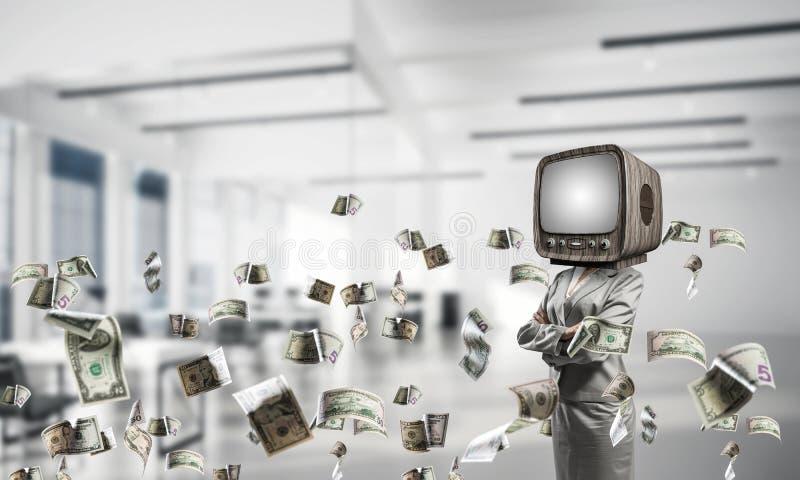 Affärskvinna med gammal TV i stället för huvudet royaltyfria bilder