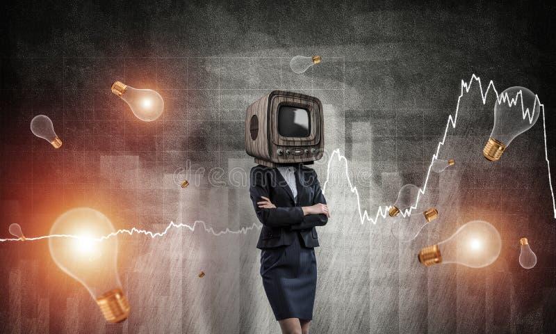 Affärskvinna med gammal TV i stället för huvudet arkivbilder