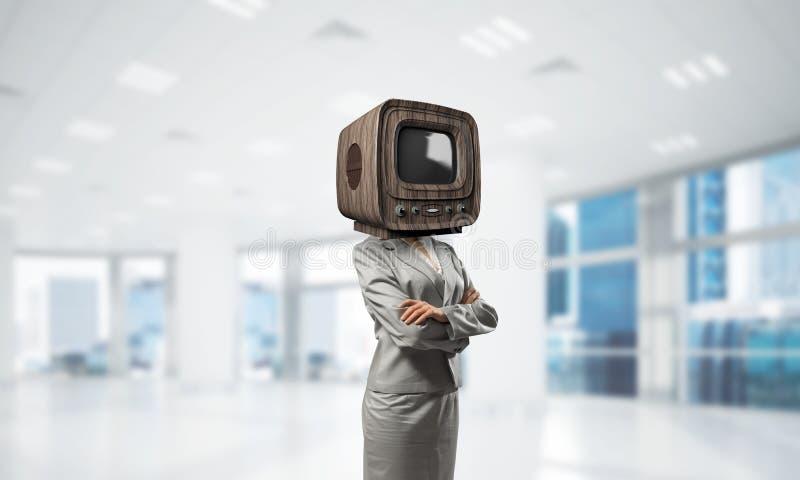 Affärskvinna med gammal TV i stället för huvudet royaltyfri fotografi