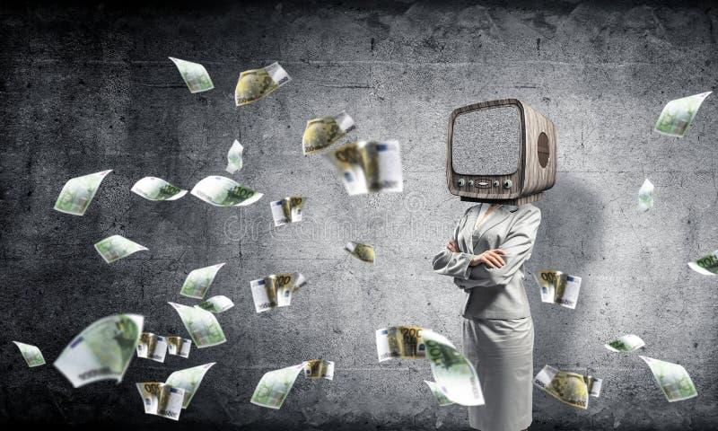 Affärskvinna med gammal TV i stället för huvudet arkivbild