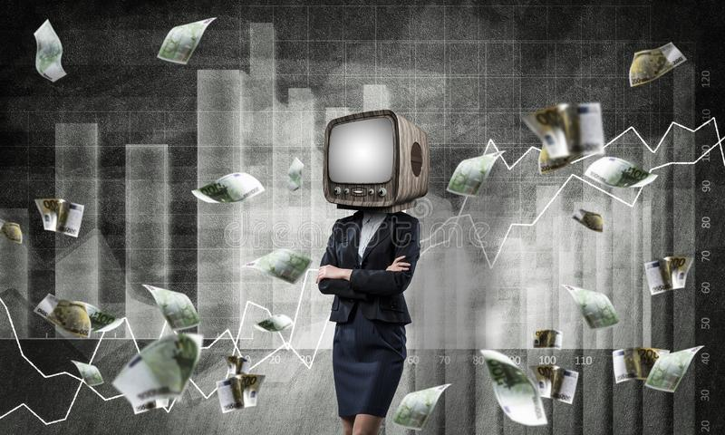 Affärskvinna med gammal TV i stället för huvudet royaltyfri bild