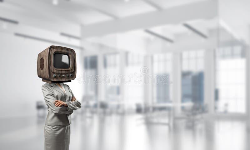 Affärskvinna med gammal TV i stället för huvudet fotografering för bildbyråer